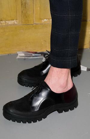 牛津鞋|鞋品|2017/18秋冬男装秀场关键单品经典牛津鞋展现个性的图片